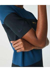 Lacoste - LACOSTE - Sukienka w paski z logo. Kolor: czarny. Materiał: prążkowany. Wzór: paski. Typ sukienki: dopasowane. Długość: maxi