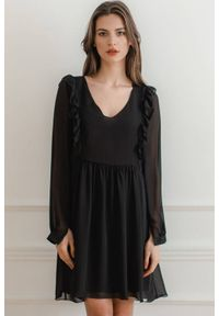 Lenitif - Swobodna szyfonowa sukienka z pionowymi falbanami czarna. Typ kołnierza: dekolt w serek. Kolor: czarny. Materiał: szyfon. Długość: midi