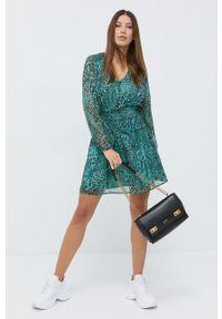 Guess - Sukienka. Kolor: zielony. Materiał: tkanina. Długość rękawa: długi rękaw. Typ sukienki: rozkloszowane