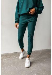 Marsala - Spodnie dresowe w kolorze butelkowej zieleni z przeszyciami - SIMON BY MARSALA. Okazja: na co dzień. Kolor: zielony. Materiał: dresówka. Styl: casual