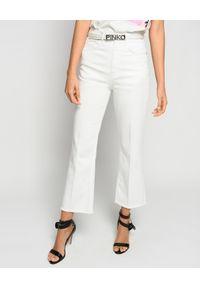 Pinko - PINKO - Białe jeansy Felicity Mom Fit Bootcut. Stan: podwyższony. Kolor: biały. Wzór: aplikacja