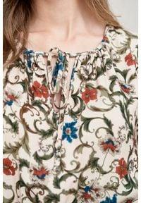 Marie Zélie - Sukienka Cecilia Cantilena pudrowa. Materiał: materiał, poliester, wiskoza, tkanina, skóra, bawełna. Wzór: napisy, aplikacja