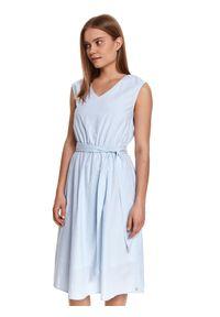 TOP SECRET - Bawełniana sukienka midi z paskiem w talii. Kolor: biały. Materiał: bawełna. Długość rękawa: na ramiączkach. Wzór: paski. Sezon: lato. Styl: wakacyjny. Długość: midi