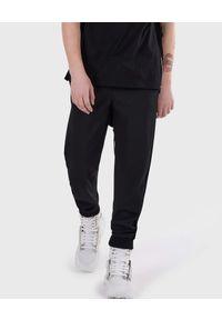 Les Hommes - LES HOMMES - Czarne spodnie dresowe z kieszeniami. Kolor: czarny. Materiał: dresówka. Wzór: aplikacja