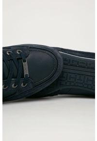 Niebieskie sneakersy TOMMY HILFIGER na sznurówki, z cholewką