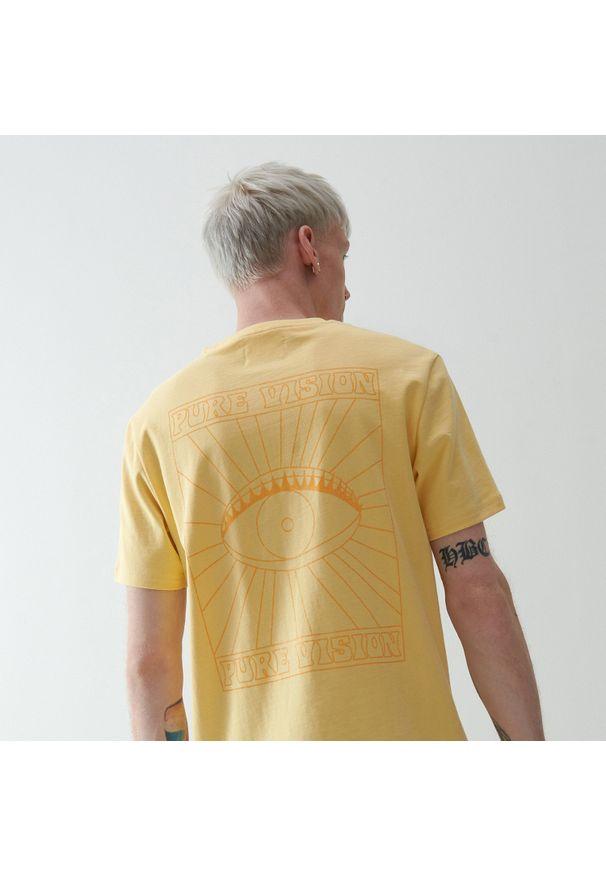 Reserved - T-shirt z nadrukiem na plecach - Żółty. Kolor: żółty. Wzór: nadruk