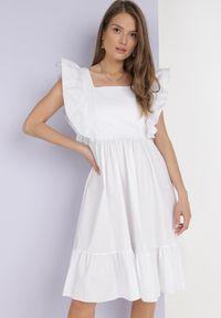 Born2be - Biała Sukienka Raiphei. Okazja: na wesele, na ślub cywilny. Typ kołnierza: dekolt kwadratowy. Kolor: biały. Materiał: bawełna, tkanina, elastan. Długość rękawa: na ramiączkach