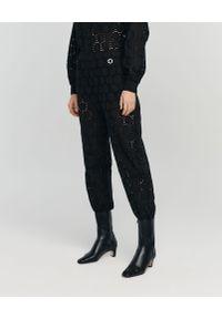 ANIA KUCZYŃSKA - Spodnie Maestrale z bawełnianej koronki. Kolor: czarny. Materiał: koronka, bawełna. Wzór: koronka. Sezon: lato