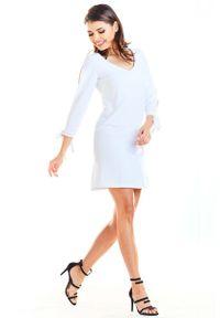 Awama - Biała Trapezowa Mini Sukienka z Kokardą przy Mankietach. Typ kołnierza: kokarda. Kolor: biały. Materiał: poliester, elastan. Typ sukienki: trapezowe. Długość: mini