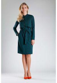 Zielona sukienka wizytowa Nommo ze stójką, elegancka