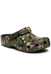 Crocs - Klapki CROCS - Classic Printed Camo Clog 206454 Army Green/Multi. Okazja: na co dzień. Kolor: zielony. Materiał: materiał. Sezon: lato. Styl: casual