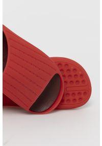 Czerwone klapki Camper gładkie