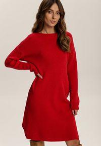 Renee - Czerwona Sukienka Dzianinowa Candala. Kolor: czerwony. Materiał: dzianina. Długość rękawa: długi rękaw. Wzór: prążki. Typ sukienki: proste. Długość: mini