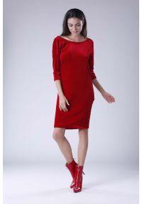 Nommo - Czerwona Wyjściowa Sukienka Welurowa z Lejącym Dekoltem na Plecach. Kolor: czerwony. Materiał: welur. Styl: wizytowy