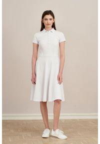 Marie Zélie - Sukienka Polo biała trapezowa krótki rękaw. Okazja: do pracy, na co dzień. Typ kołnierza: polo. Kolor: biały. Materiał: bawełna, dzianina, materiał. Długość rękawa: krótki rękaw. Typ sukienki: trapezowe. Styl: wakacyjny, sportowy, klasyczny, casual