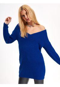 Niebieski sweter TROLL z dekoltem w serek, długi, w kolorowe wzory