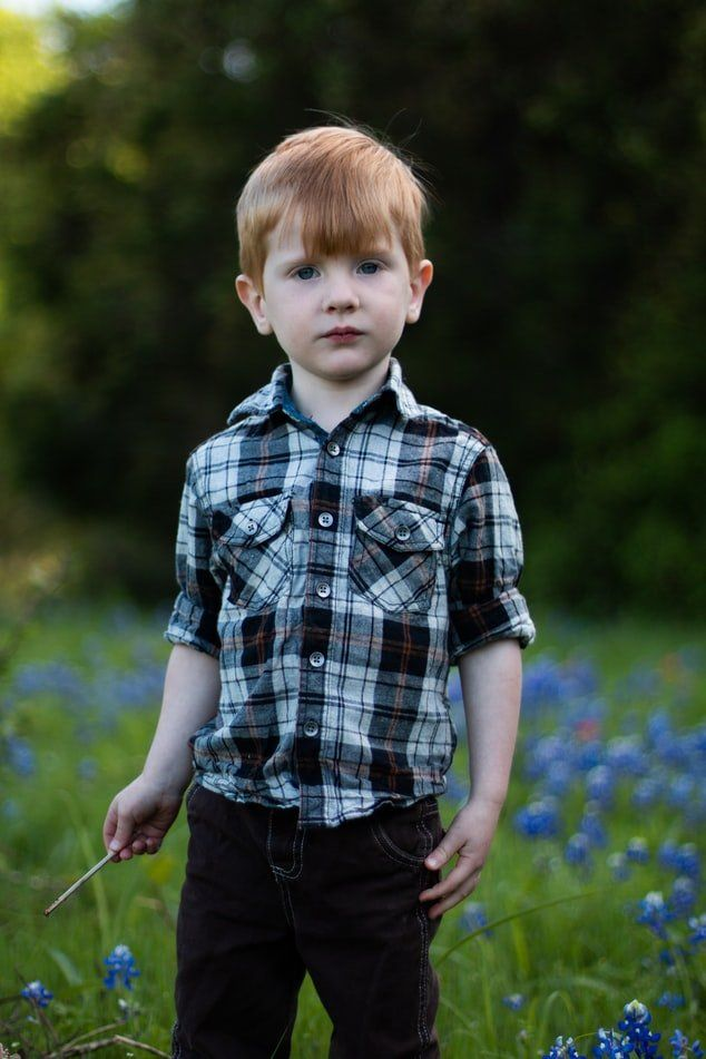 chłopiec w koszuli w kratę