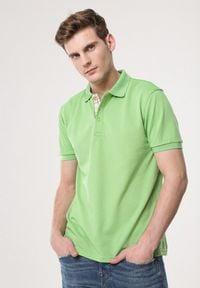 Born2be - Jasnozielona Koszulka Gladdening. Typ kołnierza: polo. Kolor: zielony. Materiał: dzianina. Długość rękawa: krótki rękaw. Długość: krótkie. Wzór: gładki