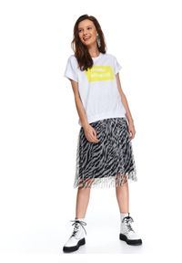 TOP SECRET - T-shirt damski z krótkim rękawem ozdobiony nadrukiem w intensywnym kolorze. Kolor: biały. Materiał: materiał. Długość rękawa: krótki rękaw. Długość: krótkie. Wzór: nadruk, aplikacja. Sezon: wiosna