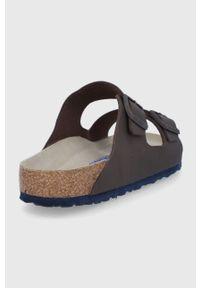 Birkenstock - Klapki Arizona. Kolor: brązowy. Materiał: materiał, guma. Wzór: gładki. Obcas: na obcasie. Wysokość obcasa: niski