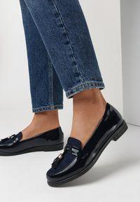 Born2be - Granatowe Mokasyny Helliala. Okazja: do pracy, na co dzień. Nosek buta: okrągły. Zapięcie: pasek. Kolor: niebieski. Szerokość cholewki: normalna. Wysokość cholewki: przed kostkę. Materiał: lakier, materiał. Obcas: na obcasie. Styl: klasyczny, elegancki, casual