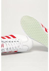 Białe buty sportowe adidas Originals z okrągłym noskiem, na sznurówki, z cholewką