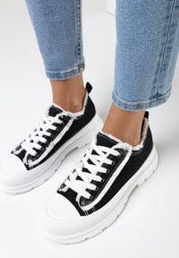 Born2be - Czarne Trampki Aethelia. Okazja: na co dzień. Nosek buta: okrągły. Zapięcie: sznurówki. Kolor: czarny. Materiał: jeans, materiał, guma. Szerokość cholewki: normalna. Wzór: aplikacja. Styl: casual #4