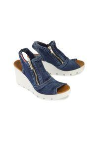 Niebieskie sandały Artiker Relaks na zamek, na koturnie