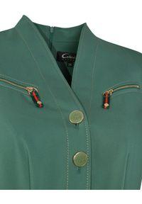 CATERINA - Zielona sukienka midi z paskiem. Kolor: zielony. Sezon: lato. Typ sukienki: dopasowane. Styl: elegancki. Długość: midi