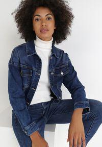 Born2be - Granatowa Kurtka Jeansowa Diotea. Kolor: niebieski. Materiał: jeans. Długość rękawa: długi rękaw. Długość: długie. Wzór: aplikacja