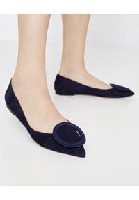 GIANVITO ROSSI - Zamszowe baleriny. Okazja: na co dzień. Nosek buta: okrągły. Zapięcie: klamry. Kolor: niebieski. Materiał: zamsz. Wzór: aplikacja. Obcas: na płaskiej podeszwie. Styl: klasyczny, elegancki, casual