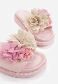 Renee - Różowe Klapki Acsite. Kolor: różowy. Materiał: lakier, guma. Wzór: kwiaty, aplikacja. Styl: wakacyjny