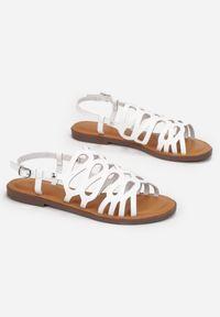 Renee - Białe Sandały Alcisine. Nosek buta: okrągły. Zapięcie: sprzączka. Kolor: biały. Wzór: ażurowy, haft, geometria. Obcas: na obcasie. Wysokość obcasa: niski