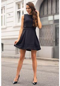 Merribel - Rozkloszowana Sukienka z Koronkowym Zdobieniem. Materiał: koronka. Wzór: aplikacja