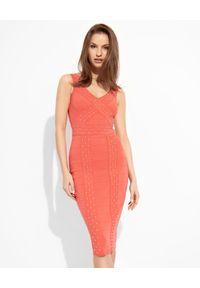 Elisabetta Franchi - ELISABETTA FRANCHI - Amarantowa sukienka ze złotymi dżetami. Okazja: na imprezę. Kolor: czerwony. Wzór: aplikacja. Typ sukienki: dopasowane. Styl: wizytowy. Długość: midi
