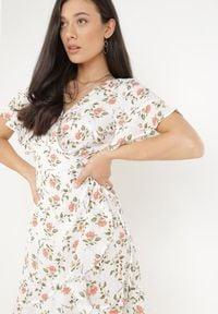 Born2be - Biała Sukienka Athilisha. Okazja: na imprezę. Kolor: biały. Materiał: tkanina. Wzór: kwiaty. Typ sukienki: kopertowe. Długość: mini