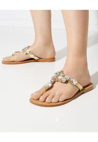 MYSTIQUE SHOES - Złote japonki z kryształami. Kolor: srebrny. Wzór: paski, aplikacja