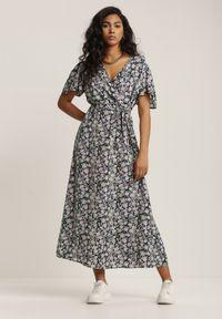 Renee - Granatowa Sukienka Astepea. Typ kołnierza: dekolt kopertowy. Kolor: niebieski. Materiał: materiał. Wzór: kwiaty, ażurowy. Typ sukienki: kopertowe. Długość: midi