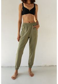 Marsala - Spodnie dresowe typu jogger w kolorze SMOKE GREEN - DISPLAY BY MARSALA. Stan: podwyższony. Materiał: dresówka. Styl: elegancki