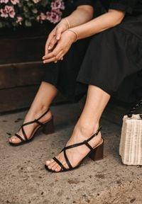 Renee - Czarne Sandały Dorysea. Okazja: na co dzień. Nosek buta: otwarty. Zapięcie: pasek. Kolor: czarny. Wzór: paski. Obcas: na słupku. Styl: wizytowy, elegancki, casual