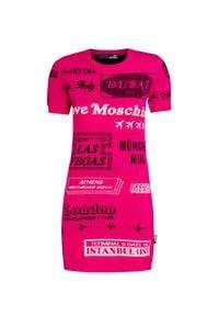Love Moschino - Sukienka LOVE MOSCHINO. Kolor: różowy. Materiał: dzianina. Długość rękawa: krótki rękaw. Wzór: nadruk. Typ sukienki: dopasowane