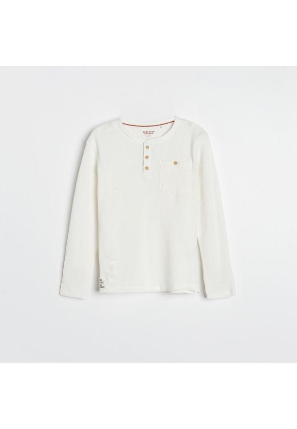 Reserved - Koszulka longsleeve z kieszenią - Kremowy. Kolor: kremowy. Długość rękawa: długi rękaw