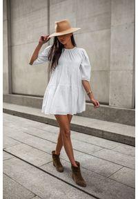 Sukienka rozkloszowana biała w kropeczki - PENELOPE by Marsala. Okazja: na co dzień. Kolor: biały. Materiał: bawełna, tkanina. Wzór: gładki. Typ sukienki: oversize. Styl: casual