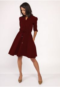 e-margeritka - Rozkloszowana delikatna sukienka koszulowa bordowa - 44. Okazja: do pracy. Typ kołnierza: kołnierzyk stójkowy. Kolor: czerwony. Materiał: materiał, poliester. Typ sukienki: koszulowe. Styl: wizytowy, elegancki. Długość: midi