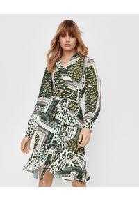 THECADESS - Zielona sukienka z falbaną Bali. Kolor: biały. Wzór: aplikacja, nadruk. Typ sukienki: kopertowe. Styl: boho. Długość: midi