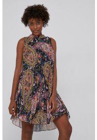 Answear Lab - Sukienka. Typ kołnierza: dekolt halter. Kolor: czarny. Materiał: tkanina, dzianina. Typ sukienki: plisowane, rozkloszowane. Styl: wakacyjny