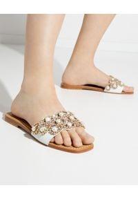 MYSTIQUE SHOES - Skórzane klapki z perłami Danbury. Kolor: biały. Materiał: skóra. Wzór: aplikacja. Obcas: na płaskiej podeszwie