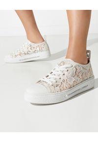 RENE CAOVILLA - Kremowe sneakersy Lace z kryształami. Kolor: biały. Materiał: tkanina, koronka, guma. Wzór: napisy, aplikacja
