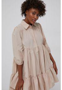 Answear Lab - Sukienka. Kolor: beżowy. Typ sukienki: rozkloszowane. Styl: wakacyjny