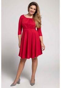 Nommo - Czerwona Rozkloszowana Sukienka z Zaznaczoną Talią PLUS SIZE. Kolekcja: plus size. Kolor: czerwony. Materiał: wiskoza, poliester. Typ sukienki: dla puszystych